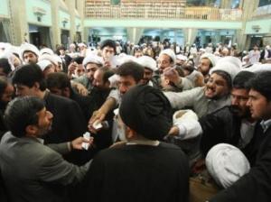 روحانیون حامی خامنهای از احمدینژاد خشمگین هستند جنجال کمک ۷۶۰ میلیاردی دولت به روحانیون